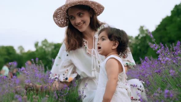 Mutter spielt mit Baby im Lavendelfeld
