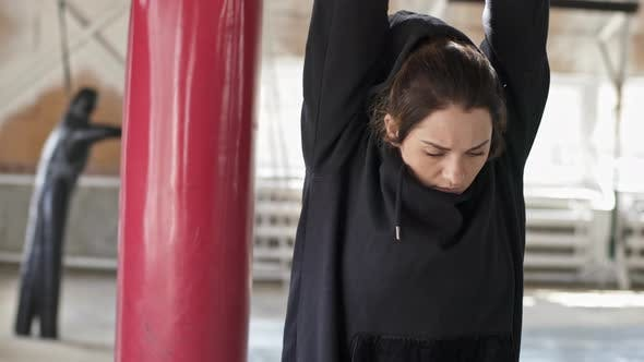 Cover Image for Athletic Woman Preparing for Box Training