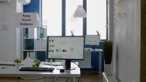 Halten Sie Social Distance Poster auf Kunststofftrenner im leeren modernen Büro