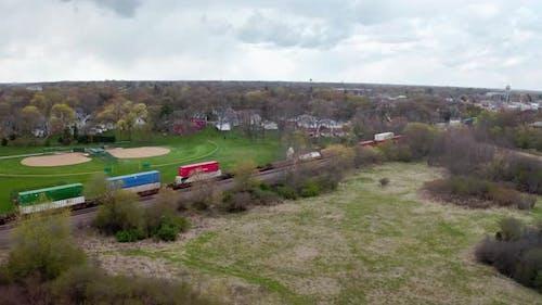 Luftdrohnenaufnahme der Lokomotive mit Güterbahnwagenfahrten auf der Eisenbahn