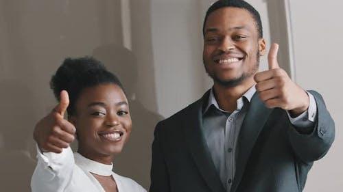 Nahaufnahme Portrait Aufgeregt 25s 30er Jahre Lächelnd Millennial Mixed Race Mann und Frau fühlen sich zufrieden mit
