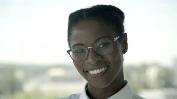 Fröhlich Afroamerikaner Geschäftsfrau