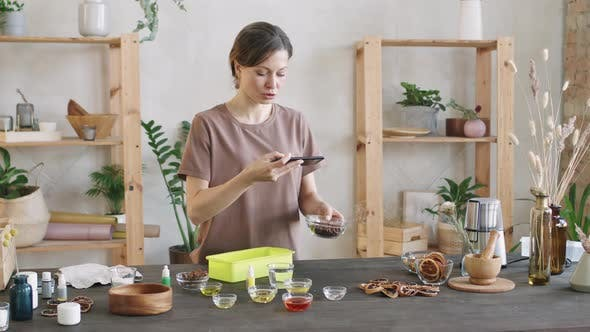 Frau filmt verschiedene Gewürze in Glasschalen