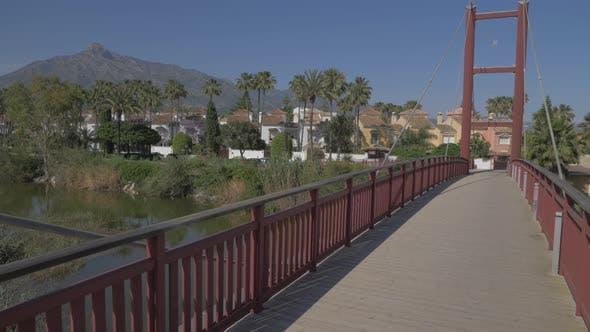 Puente de madera y hierro rojo cruce del rio/Marbella