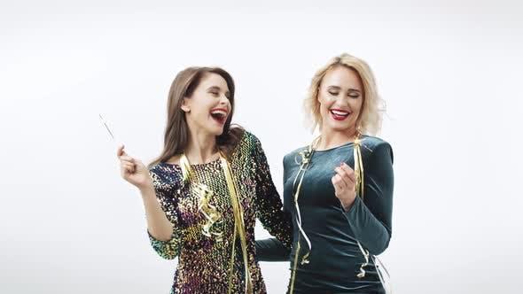 Thumbnail for Frauen mit Wunderkerzen Tanzen im Studio Shot