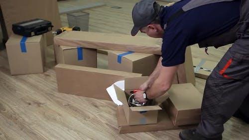 Vorbereitung für die Montage von Büromöbeln
