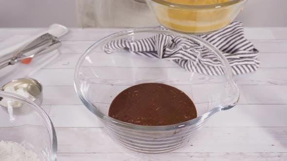 Zutaten mischen, um Schokolade Himbeere Cupcakes backen.