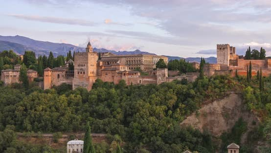 Alhambra Palast auf der Spitze des Hügels 4K Zeitraffer, Granada, Andalusien, Spanien