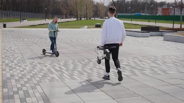 Der Mann trägt einen Roller