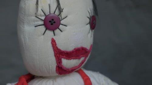 Lächelnde Puppe aus Baumwolle und Samtstoff langsames Schwenken 4K 2160p UltraHD Filmmaterial - Misterious Je