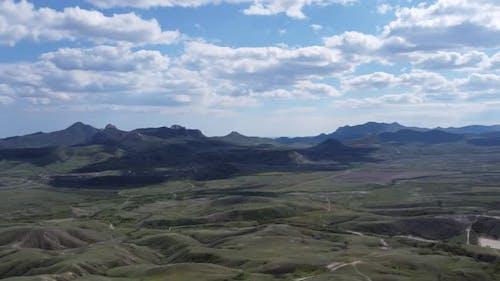 Luftaufnahme einer beeindruckenden Berglandschaft umgeben von Wolken
