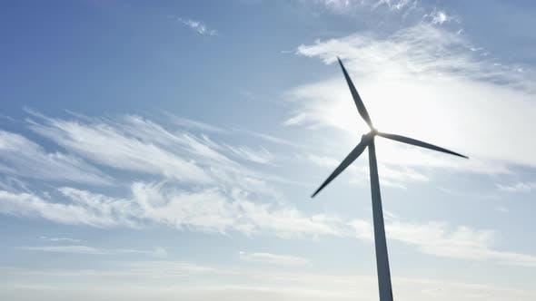 Thumbnail for Windenergieanlagen gegen glühende Sonne