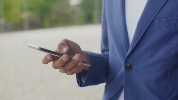 Thumbnail for Männliche Hand mit modernen Smartphone