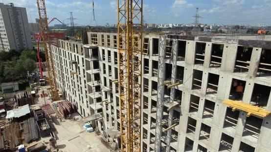 Vertikale Inspektion der Baustelle eines mehrstöckigen Gebäudes