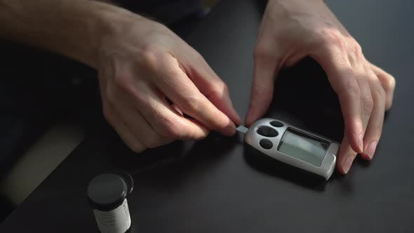 Person bereitet sich auf Blutzucker zu testen