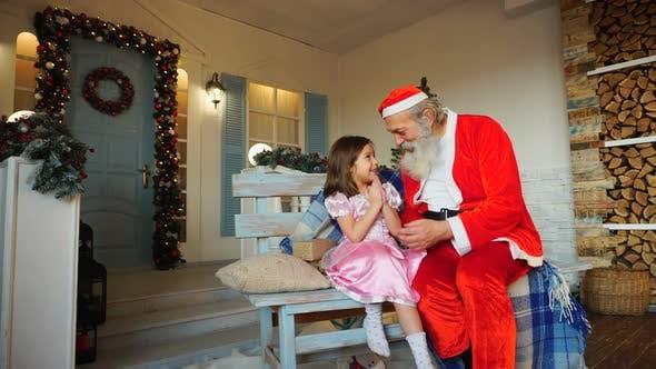 Thumbnail for Schönes Kind, das Weihnachtsvater fragt.