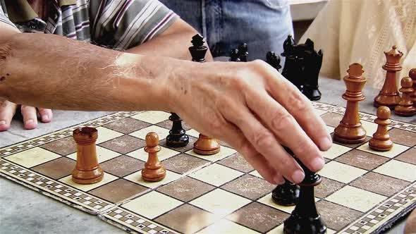 Thumbnail for Ältere Männer spielen Schach im Park.