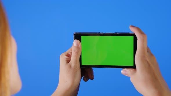 Thumbnail for Prendre des Photos en face de l'écran bleu 4K 2160p UHD métrage - Chroma écran vert sur le téléphone devant b