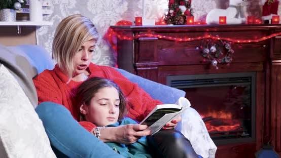Thumbnail for Am Weihnachtstag junge Mutter liest eine Geschichte aus einem Buch