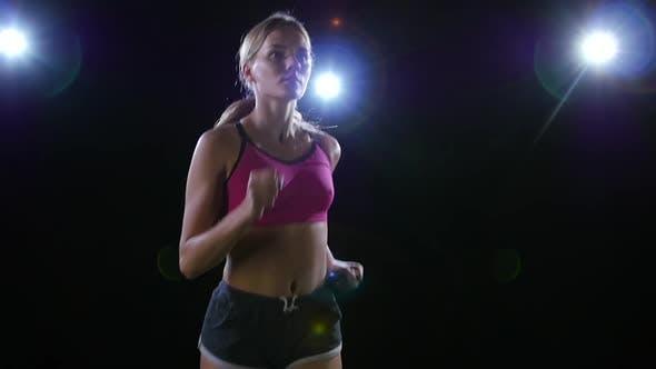 Thumbnail for Halbkreisförmige Dreharbeiten von links nach rechts Laufen gut aussehende Mädchen Hintergrundbeleuchtung auf schwarzem Hintergrund. Langsam