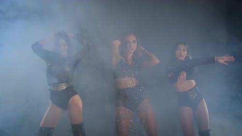 Trio de danseuses professionnelles Gogo se produit dans une boîte de nuit