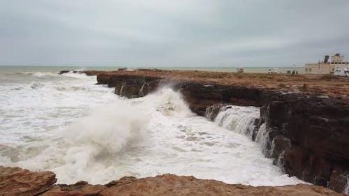 Welle Zerquetschen gefährlichen Felsen Küste
