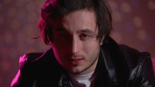 Depressiver Mann weint in die Kamera, ohne zu blinken, vergebliche Existenz-Emotionen