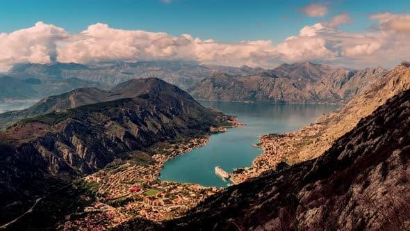 Sturmwolken bewegen sich über die Berge in Montenegro bei Sonnenuntergang