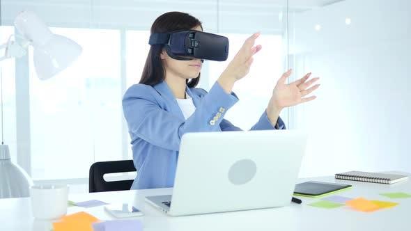 Thumbnail for Mädchen mit Virtual Reality Brille bei der Arbeit, VR Brille