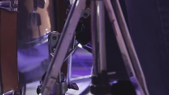 Schlagzeuger spielt Percussion Instruments bei einem Konzert als Teil einer Musikgruppe