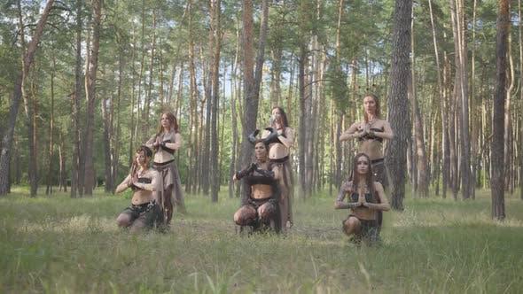 Thumbnail for Selbstbewusste Frauen Tänzer mit Make-up und in mystischen Fabelhaften Kostümen Tanzen Groovy Dance in