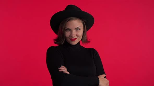Thumbnail for Nahaufnahme Porträt von junge hübsche Frau auf rotem Hintergrund im Studio.