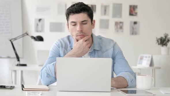 Thumbnail for Casual Young Man Denken bei der Arbeit