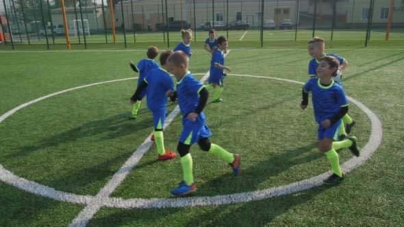 Thumbnail for Aktive junge Fußballer spielen während Warm-up