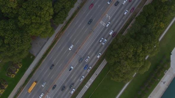 Luftbild des Verkehrs auf der Straße in Chicago