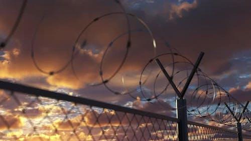 Draht Stacheldrahtzaun in der Nähe des Gefängnisbegrenzungsbereichs und der Gefängnisbegrenzung Loopable