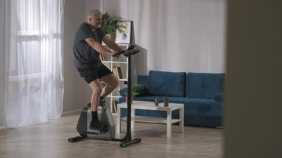 Heimtraining mit stationärem Fahrrad Sport Aktivität im Mittelalter Der Mensch dreht die Pedale Training