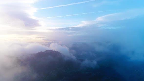 Wolken bewegen sich über den Berg