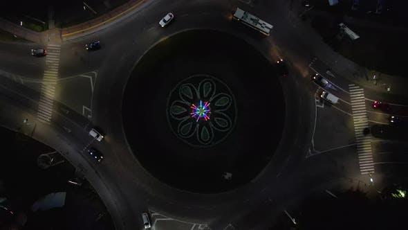 Thumbnail for Luftaufnahme Zeitraffer der Kreisverkehr Straße mit kreisförmigen Autos bei Nacht in der kleinen europäischen Stadt