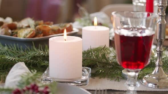 Thumbnail for Kerzen brennen auf Weihnachtstisch