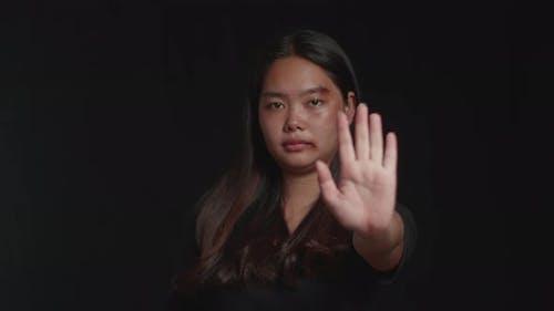 Stoppen von Gewalt gegen Frauen mit schwarzem Hintergrund