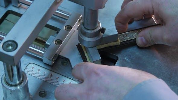 Thumbnail for Handwerker arbeiten an Rahmen, kleben Stücke in Spezialmaschine zusammen