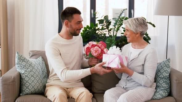 Thumbnail for Sohn geben Geschenk und Blumen zu Senior Mutter