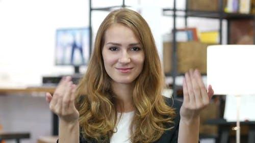 Einladung Geste von Mädchen bei der Arbeit im Büro, komm schon