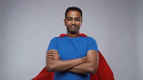 Indianer Mann in Superhelden-Umhang zeigt Daumen nach oben