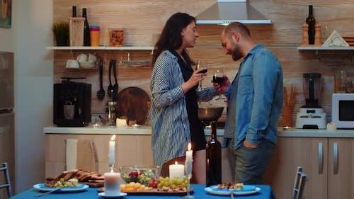 Frau verführt den Mann während des Abendessens