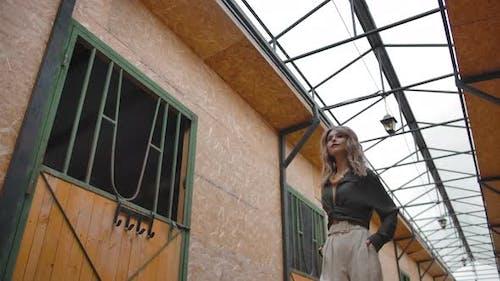 Stilvolle weibliche posiert in Scheune auf Ranch