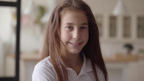 Thumbnail for Porträt von Cute Little Girl Blick auf Kamera Lächeln glücklich. Sorglose Kindheit. Wenig Emotional