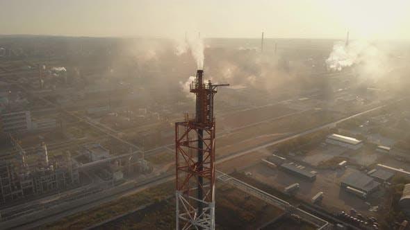 Thumbnail for Luftbild. Im Rahmen ist ein chemischer Industriekomplex. Giftiger Rauch kommt aus dem Schornstein