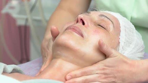 Frau bei lymphatischer Gesichtsmassage